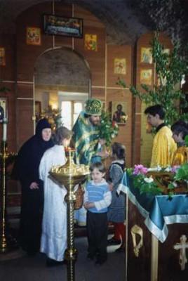 12 июля 1995 года была совершена первая Божественная литургия в возрождаемом Николо-Покровском храме