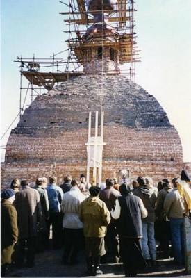 31 марта 1995 года на 4-й седмице Великого поста совершили освящение и водружение креста на куполе храма.